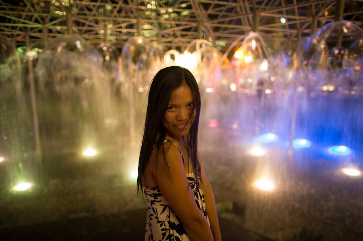girl at melbourne fountain at night
