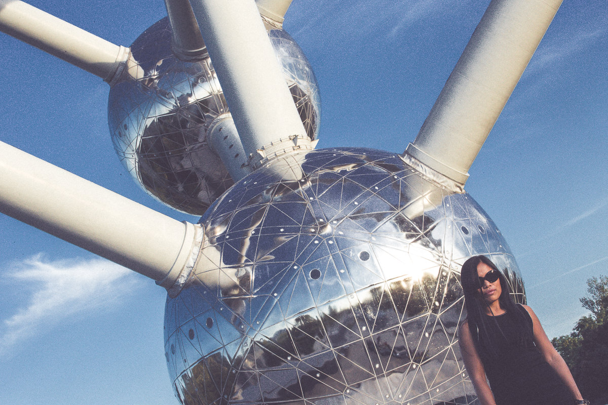 creative photo - portrait in front of atomium in brussels